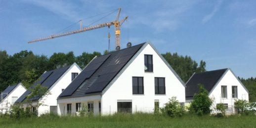 Dach_Wohnhaus_Effizienzhaus-Plus-Siedlung_Q_Baywa_AG-1024x512