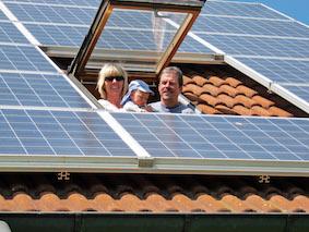 solarstrom_familie_dachfenster_grammer_solar