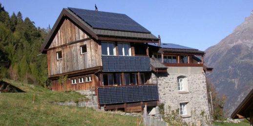 Schweiz_Dachanlage_Photovoltaik_Berge