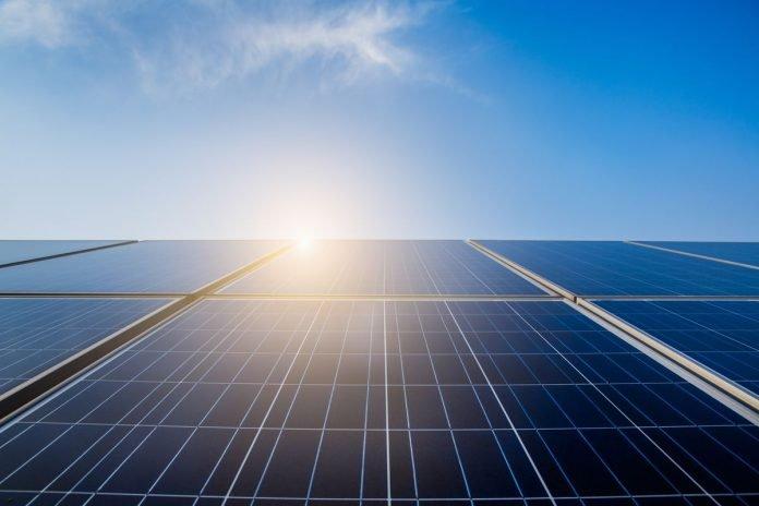 Solaranlage-im-Sonnenlicht.-696x464