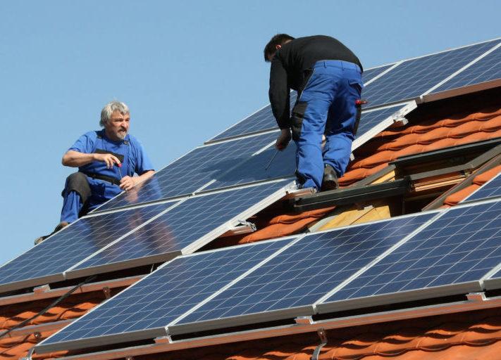handwerker_installation_photovoltaik_dachanlage