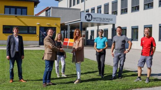 Claudia Egger-Grillitsch, Geschäftsführerin des Schulgemeindeverbands, und dessen Vorsitzender Franz Pirolt präsentieren die Entscheidung, die Schulen in St. Veit/Glan mit Solaranlagen auszustatten.
