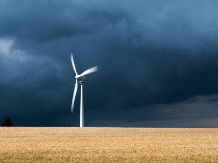21.06.2021, Niedersachsen, Hannover: Eine Gewitterzelle mit dunklen Wolken zieht über ein Windrad in der Region Hannover hinweg. Foto: Julian Stratenschulte/dpa +++ dpa-Bildfunk +++